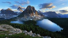 Best Time to Visit Glacier National Park: A World of Lakes and Mountains