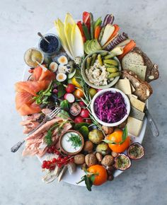 Taken from Healthy Christmas Leftovers This festive Smörgåsbord Platter has to be the most exquisite way to serve a crowd a feast of colour, flavour and goodness, plus it's the perfect way to use up leftovers and short-lived… Party Platters, Food Platters, Antipasto, Sharing Platters, Scandinavian Food, Grazing Tables, Snacks Für Party, Party Recipes, Nutritious Meals