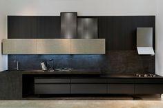 A S.C.A. Mobiliário Contemporâneo lançou uma cozinha voltada para os que gostam de sofisticação e glamour. Marcada pela predominância de acabamentos escuros, o painel de parede e a caixaria do ...