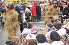 """When Gänsmarsch on Fasenachtssonntag discover tradition figures symbolizing the winter, which is to be driven out: the """"pea straw bear."""" Young men are involved in pea straw, then placed on them on a bear's head from papier-mâché. Lashed to long ropes, they are by their drivers who are wearing top hats and tails, driven by a loud crack of the whip. Here, the Bears jump into the audience to hug some before they are driven further. In the truest sense 'is a sweaty affair'."""