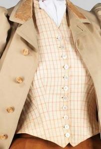 Шерстяной жакет имеет абалоновые пуговицы (6 штук), шёлковая жилеточка - перламутровые (11 штук). И те, и другие - с 4-мя дырочками.