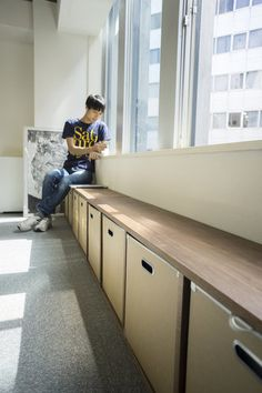 42cmは、一般的なスツールや椅子の座面に近い高さ。窓辺にずらりと並べれば、収納付きのベンチにもなりますね。