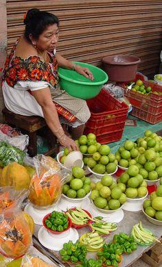 Vendedora maya de papayas, limones, chiles habaneros y chiles xcatikes. Yucatan, México.