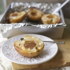 Baked apples with dulce de leche, a comforting dessert for winter days