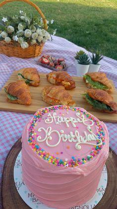 Pretty Birthday Cakes, Pretty Cakes, Cute Cakes, Happy Birthday 19, Cute Food, Yummy Food, Kreative Desserts, Picnic Birthday, Think Food