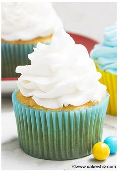 (lots of holiday recipes on this site) This quick and easy 2 ingredient white chocolate buttercream frosting is rich, creamy and fluffy. It& great for piping cupcakes and frosting cakes. White Chocolate Buttercream Frosting, Buttercream Recipe, Frosting Recipes, White Chocolate Chips, Chocolate Flavors, Köstliche Desserts, Delicious Desserts, Dessert Recipes, Food Cakes