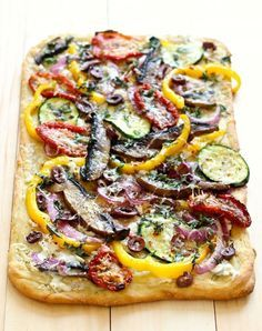 This Roasted Vegetable Flatbread Pizza Vegetable Recipes, Vegetarian Recipes, Cooking Recipes, Healthy Recipes, Healthy Pizza, Roasted Veggie Pizza Recipe, Vegetable Pizza, Vegetarian Grilling, Vegetarian Food