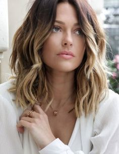 Frisuren für dünnes Haar: Longbob mit stufigen Wellen