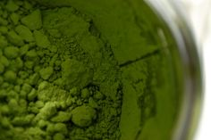 From acne cream to anti-aging serum, matcha is an all-around great natural alternative thanks to its numerous antioxidant and beneficial plant compounds. Including it in your beauty routine requires very little time and effort! Matcha Whisk, Matcha Benefits, Health Benefits, Tea Cocktails, Cupcakes, Anti Aging Serum, Poker Chips, Beauty Routines, Chocolate Recipes