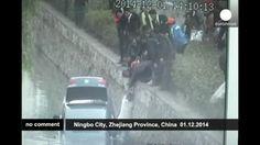 China: rescate de una conductora tras caer su coche a un río