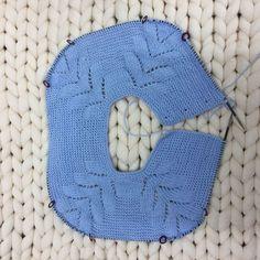 cuerpo del jersey de punto con raglán de espiga Knitting Designs, Knitting Projects, Crochet Projects, Crochet Baby Shoes, Knit Crochet, Crochet Hats, Baby Patterns, Stitch Patterns, Tricot Baby