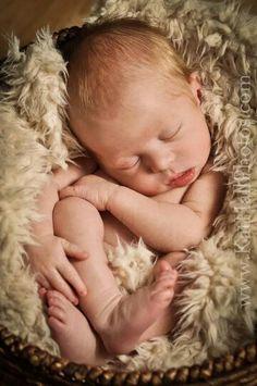 Newborn Photography In your Home  Www.kathallphotos.com #newborn #Baby #babyboy #adorable #DIY #home #CincinnatiPhotographer #NorthernKentucky