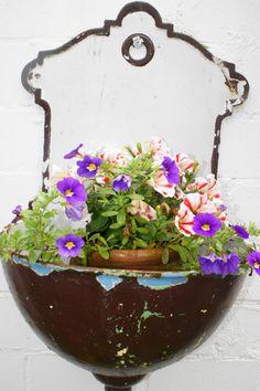 Emaille-Waschbecken als Blumentopf