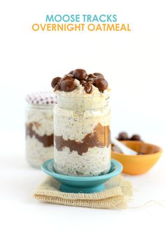 Love Moose Tracks Ice Cream? Try this overnight oat recipe to get a HEALTHY variation including a vanilla base with a fudge swirl and cookie dough pieces.