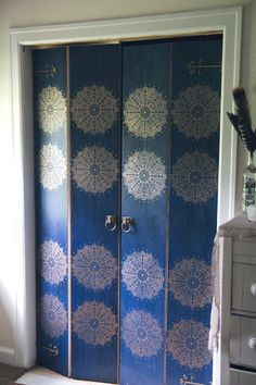Boring Masonite Bifold Closet Doors Transformed With Blue Paint, Poly  Stain, Stencil And Spray