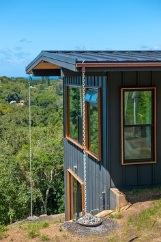 As Graham Hill, of TreeHugger and LifeEdited, discovered when he built a home in Hawaii, a green house can be more luxurious than a conventional one. Cabana, Rooftop Patio, Hawaii Homes, House Paint Exterior, Eco Friendly House, House On A Hill, House Painting, Landscape Design, Garden Design