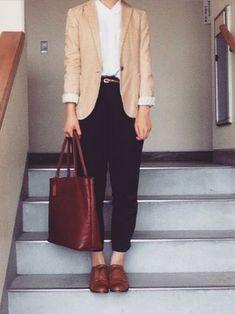 ONにもOFFにもOKなオフイスカジュアルスタイル。全体に柔らかな色使いですが、黒のパンツとマニッシュなシューズで、きりりと引き締めて。 Business Outfits, Business Attire, Office Outfits, Office Wear, Office Fashion, Work Fashion, Curvy Fashion, Street Fashion, Fall Fashion Trends