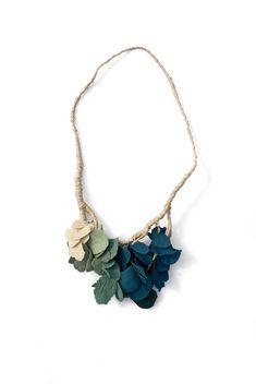 Patricia Gallucci Collar. Porcelana y seda. Necklace. Porcelain and silk.