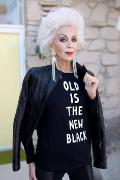 Aging gracefully, timeless beauty, older women, fashion over mature . Fashion Over 50, Look Fashion, 80s Fashion, Street Fashion, Womens Fashion, Estilo Hippie, Lady, Ageless Beauty, Advanced Style