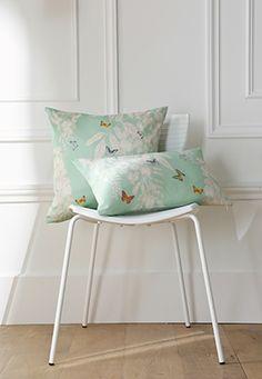 Une envolée de papillons se pose délicatement sur d'élégants coussins aux couleurs pastels à utiliser aussi bien pour la chambre que pour le salon pour une déco cocooning. www.lacompagniefrancaise.com