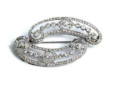 Länge: ca. 5 cm. Gewicht: ca. 9,7 g. Platin. Geschwungene, feine Brosche mit Altschliffdiamanten und Diamantrosen, zus. ca. 1,5 ct. (10219462) (16) Diamond...