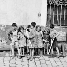 Poverty in Spain during Franco's dictatorship: Young knights | spain 1950s (10/20 years after the end of spanish civil war) | foto: bill perlmutter