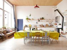 TOUCH cette image: Dans l'immense cuisine, table de salle à manger recouvert... by The Socialite Family