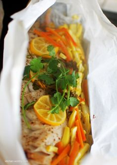 en pa·pil·lote|än pä-pē-ˈyōt|  adjective and adverb  (of food) cooked and served in a paper wrapper: [as postpositive adj.] fish en papillote