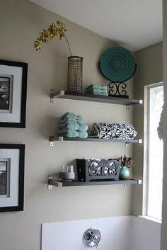 cuarto de baño blanco y negro con acento de color verde azulado.  El uso en el baño de arriba con fotografías en blanco y negro sobre el pequeño muro al baño.  por jojablueberry