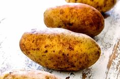 showing the best potatoes to make twice baked potatoes with a row of russet potatoes Russet Potato Recipes, Baked Potato Recipes, Baked Potato Soup, Potato Side Dishes, Veggie Dishes, Potato Pie, Supper Recipes, Appetizer Recipes, Supper Meals