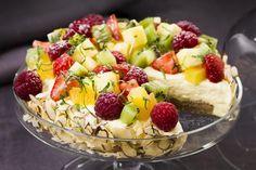 Enkel bær og fruktterte med valnøttbunn og vaniljemousse.
