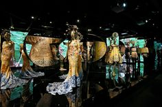 Review: In 'China: Through the Looking Glass,' Eastern Culture Meets Western Fashion - The New York Times