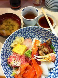 Sashimi breakfast at Tsukiji Fish Markets Japan Travel Guide, Tokyo Travel, Indian Food Recipes, Real Food Recipes, Japanese Food, Japanese Things, Japanese Culture, Japan Holidays, Tsukiji