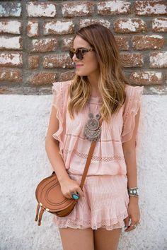 Vestido de algodão e sandálias plataforma