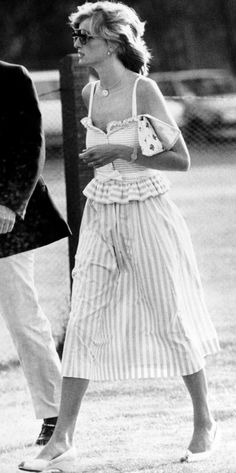 Princess Diana Dresses, Princess Diana Fashion, Princess Diana Family, Princess Of Wales, Lady Diana Spencer, Royal Jewelry, Princesa Diana, Effortless Chic, Queen Of Hearts