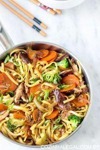 Receita de Yakissoba vegetariano rápido e gostoso para preparar e comer em 15 minutos.