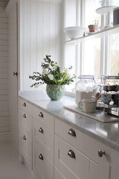 Julia Khouri Interior Design Quotes, Green Interior Design, Kitchen Furniture, Kitchen Dining, Kitchen Decor, Kitchen Cabinetry, Kitchen Shelves, Beautiful Kitchens, Cool Kitchens