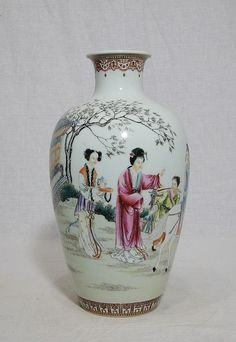 Chinese famille rose porcelain vase, decorated with bird and flowers. Four red character mark on the base. Rose Vase, Flower Vases, Traditional Vases, Blue And White Vase, Porcelain Ceramics, Painted Porcelain, White Porcelain, Japanese Porcelain, Chinese Ceramics