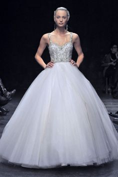 Vestido de novia corte princesa en color blanco con falda de tul y detalles bordados en el corpiño - Foto Lazaro
