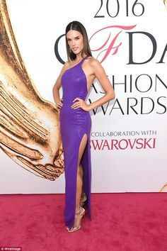 Work it! Alessandra gave a perfect pose on the carpet, showing off her curvy and toned body