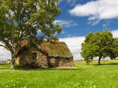 Nature and Summer Time Irish Cottage, Cozy Cottage, Cottage Style, Field Wallpaper, Getaway Cabins, Roof Design, Inverness, Viking Village, Natural Building