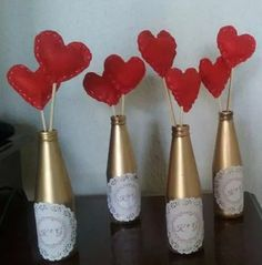 10 enfeites de mesa para casamento, noivado e aniversários! Valentines Day Gifts For Him Marriage, Valentines Gifts For Boyfriend, Boyfriend Gifts, Love Decorations, Valentine Decorations, Valentine Crafts, Bottle Painting, Bottle Art, Diy Home Crafts