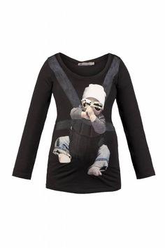 Shirt van Queen Mum, waarbij het net lijkt of je een baby in een draagzak draagt.