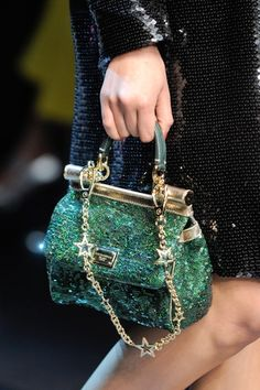 The finest emerald green. By Dolce & Gabbana. Dolce & Gabbana, Fall Handbags, Purses And Handbags, Fashion Bags, Fashion Accessories, Glamorous Chic Life, Color Lavanda, Mode Inspiration, Beautiful Bags