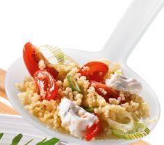Ein Salat mit Couscous und einer erfrischenden Minzsoße für Grillabende