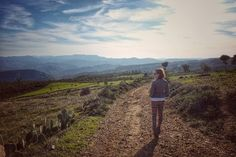 Yo voy soñando caminos de la tarde. Las colinas doradas los verdes pinos las polvorientas encinas! Adónde el camino irá? Yo voy cantando viajero a lo largo del sendero -la tarde cayendo está-. A.Machado  #unavidaviajera #elviajemehizoami