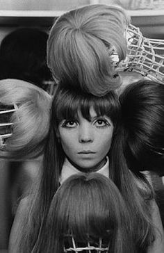 Penelope Tree with Wigs. (October 1967). Photo : Arnaud de Rosnay.