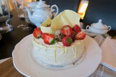 Zum Geburtstag meiner Mama gab´s heuer Mohntorte mit Buttercreme. Mit wunderschöner Deko. Absolut saftig, flaumig und fruchtig. Unbedingt nachbacken! Butter, Creme, Cheesecake, Desserts, Food, Bakken, Treats, Dessert Ideas, Cheesecakes