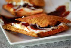 CHEZ SILVIA: Mini sandwich de hojaldre de remolacha con queso crema, mermelada de pimiento y jamón de pato