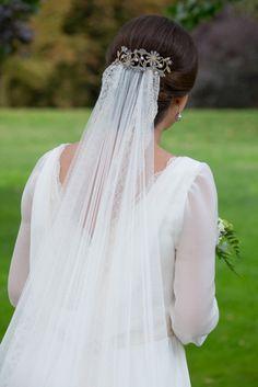 blog-novias-beatriz-alvaro-vestidos-novia-a-medida-alta-costura-madrid. Velo hecho a medida para la novia y peina elegida también en el atelier de Beatriz Alvaro